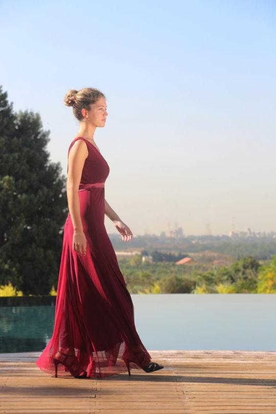 שמלת וי מקסי בגזרה מחמיאה