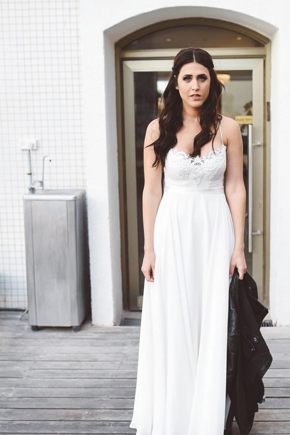 שמלת כלה עדינה במחשוף וי וכתפיות בX