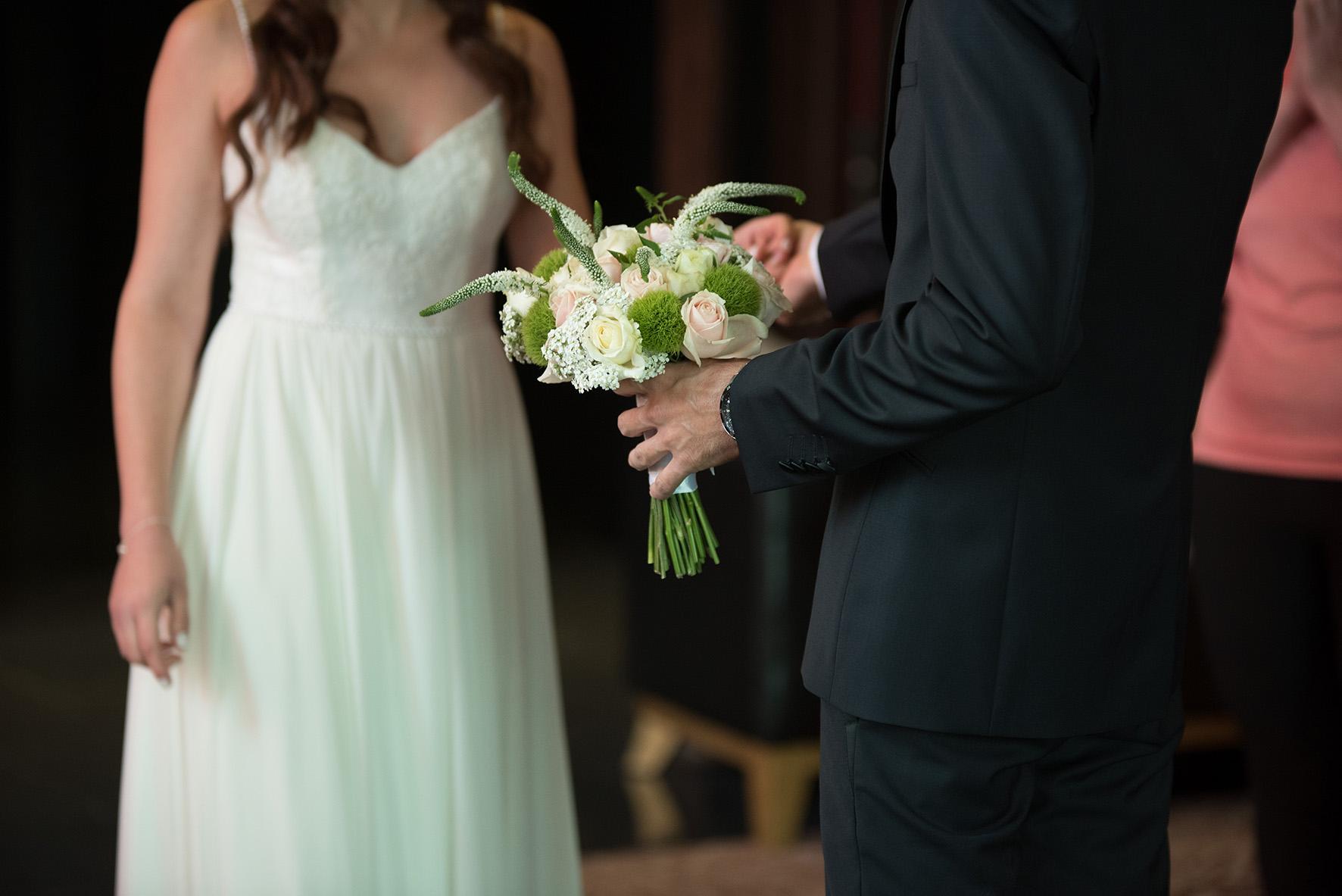 שמלת כלה עדינה בשילוב תחרה שיפון ופנינים
